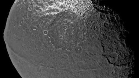 Iapetus mit Gürtelrille