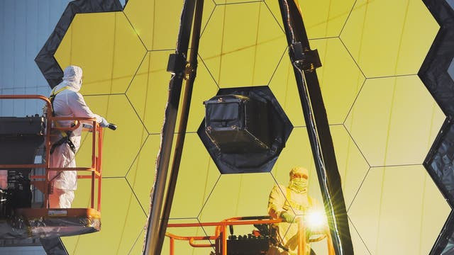 Techniker arbeiten in einem Reinraum im NASA Goddard Space Flight Center am James Webb Space Telescope. (Archiv)