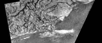 Mosaik einer Gegend mit Kanälen und Bergrücken auf Titan