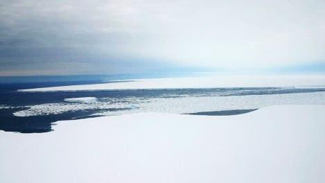Blick von Eiszunge auf Eisberg