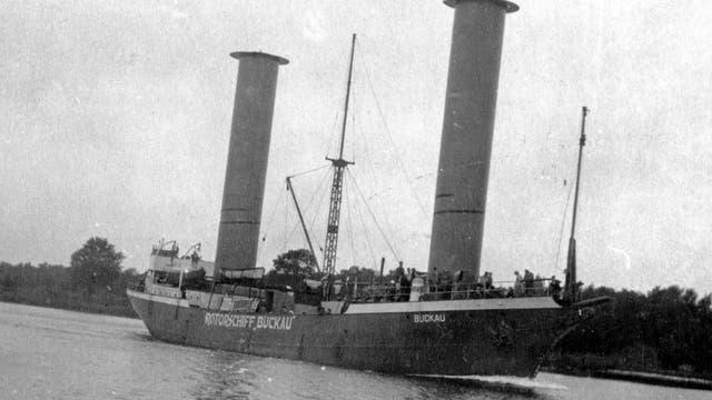 Das Rotorschiff Buckau bei einer Testfahrt in Stettin im Jahr 1925.