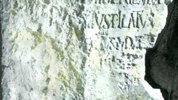 """Der """"Pilatus-Stein"""" , 1961 in Cäsarea Maritima gefunden"""