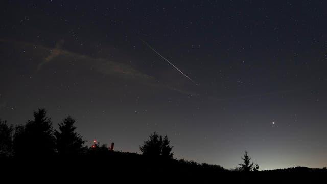 Ein Meteor der Perseiden über dem Großen Feldberg, Hochtaunuskreis.