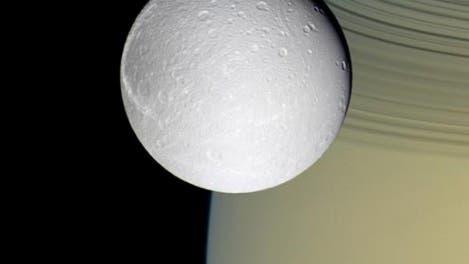Dione vor Saturn und seinen Ringen