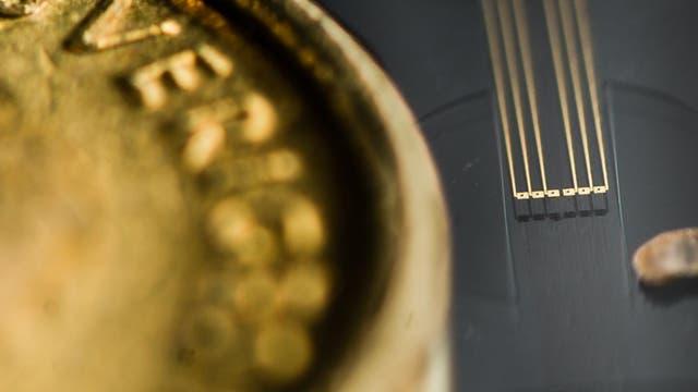 Prototyp einer künstlichen Synapse neben einem 10-Kronen-Stück