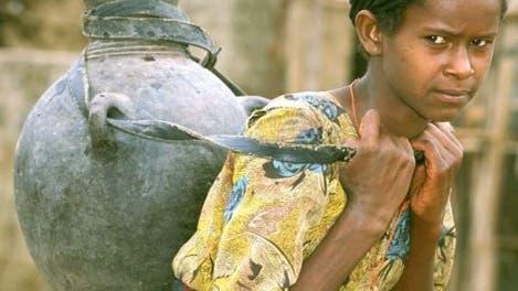 Mädchen mit Wasser in Äthiopien