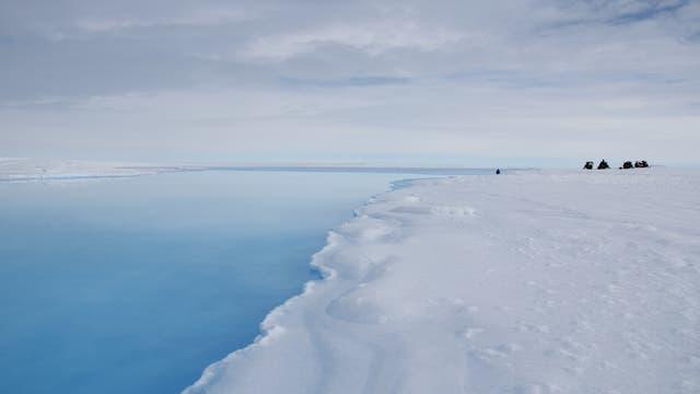 Auch auf dem König-Baudoin-Schelfeis schmilzt das Eis und entstehen Schmelzwasserflüsse