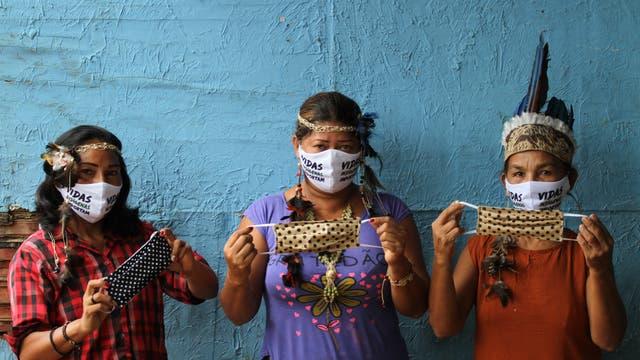 »Indigenes Leben ist wichtig« steht auf den Masken dieser Frauen in Manaus