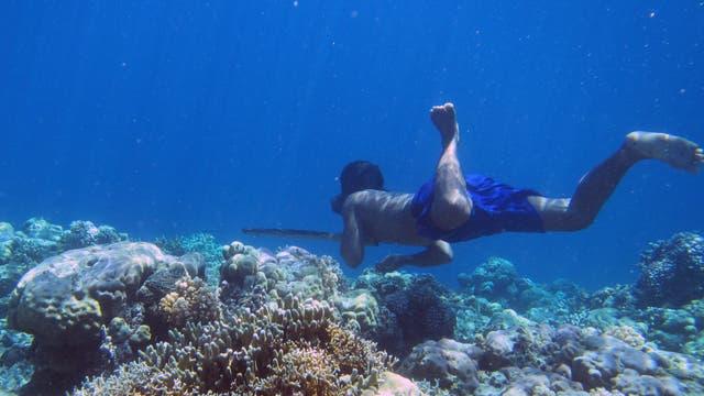 Bajau-Taucher jagt unter Wasser Fische