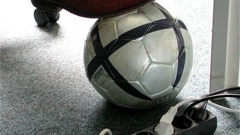 Unter dem Chefschreibtisch - wir wünschen eine schöne WM!