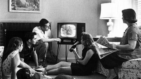 Familie beim Fernsehen 1958