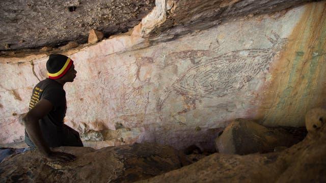 Uralte Kängurumalerei (rechts im Bild) im Norden des australischen Bundesstaats Westaustralien. C-14-Daten ergaben, dass das Bild zwischen 13300 und 12700 Jahren alt ist.