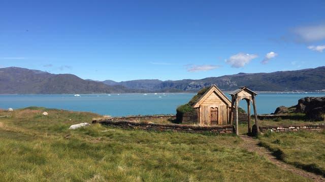 Dieser Nachbau der ersten Kirche Grönlands, genannt Tjodhilds Kirche, steht in Qassiarsuk auf Grönland.