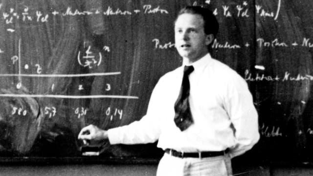 Der deutsche Physiker Werner Heisenberg bei der Lehre