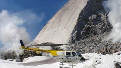 """Hubschrauber vor """"Flosse"""" im Mount St. Helens-Krater"""