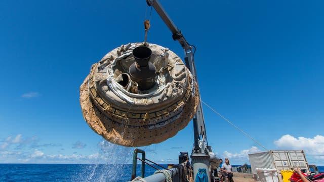 Die Testkapsel LDSD wird nach ihrem Flug aus dem Pazifik gefischt