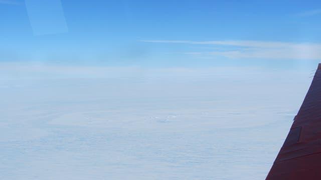 Die vermutliche Einschlagsstelle: Original Luftaufnahme der ringförmig umrahmten Bruchstruktur im Schelfeis.