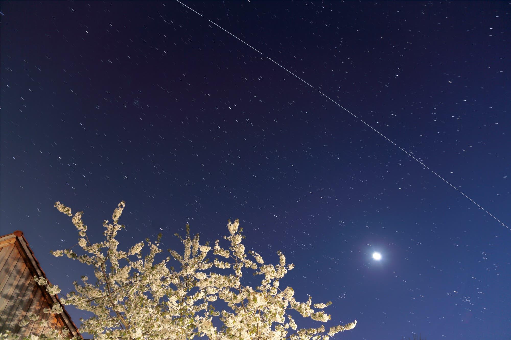 Die Internationale Raumstation ISS zieht über den Himmel