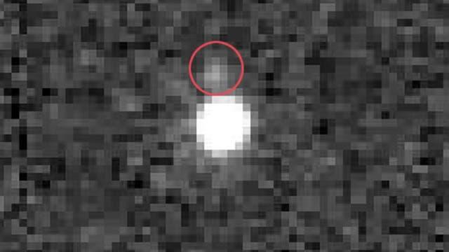Eine größere Gruppe heller Pixel. Darüber eine kleinere Gruppe heller Pixel in einem roten Kreis.