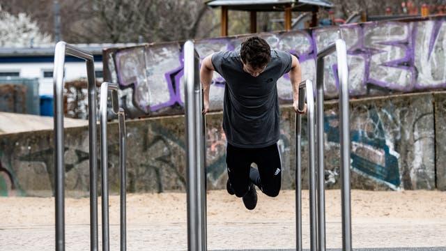 Ein Mann trainiert unter freiem Himmel unweit des Monbijoupark in Berlin.