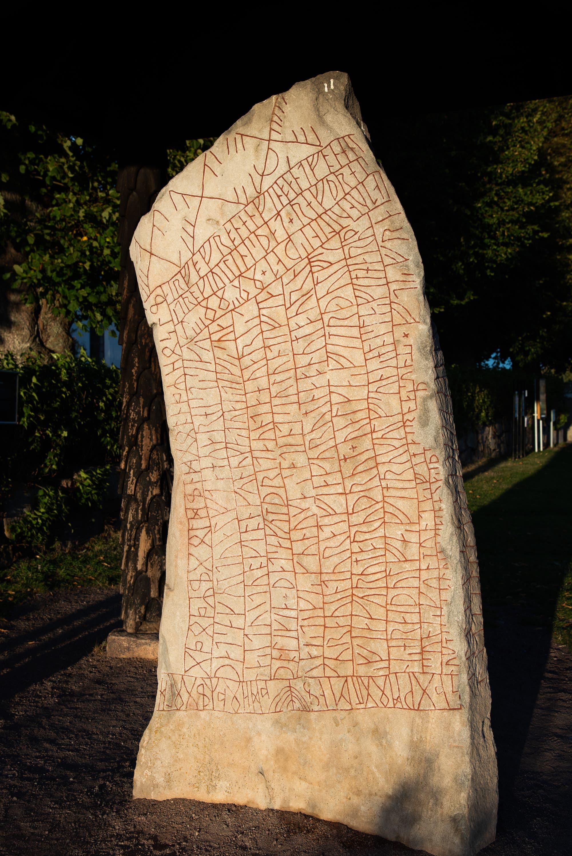 3,82 Meter ist der Runenstein von Rök groß.