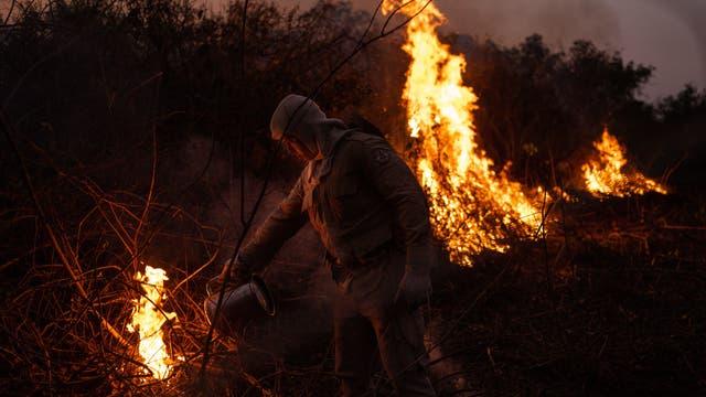 Ein Mann auf dem brennenden Gelände der Rosario Farm in Pocone, Mato Grosso