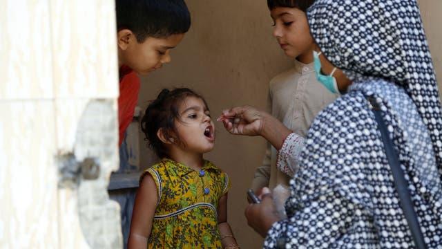 Ein Mitarbeiter des Gesundheitswesens verabreicht einem Kind während einer Impfkampagne in der ostpakistanischen Provinz Punjab den Polio-Impfstoff.