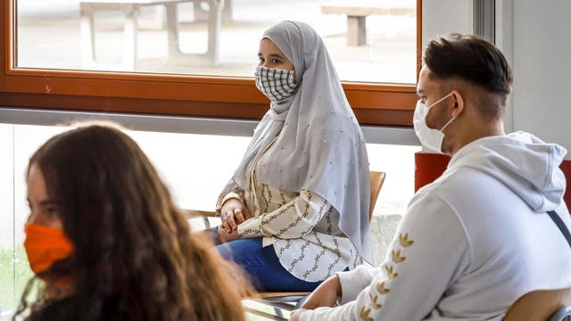 Schülerinnen und Schüler tragen Masken beim Unterricht, wie es der Corona-Infektionsschutz in Nordrhein-Westfalen vorsieht. (Archiv)