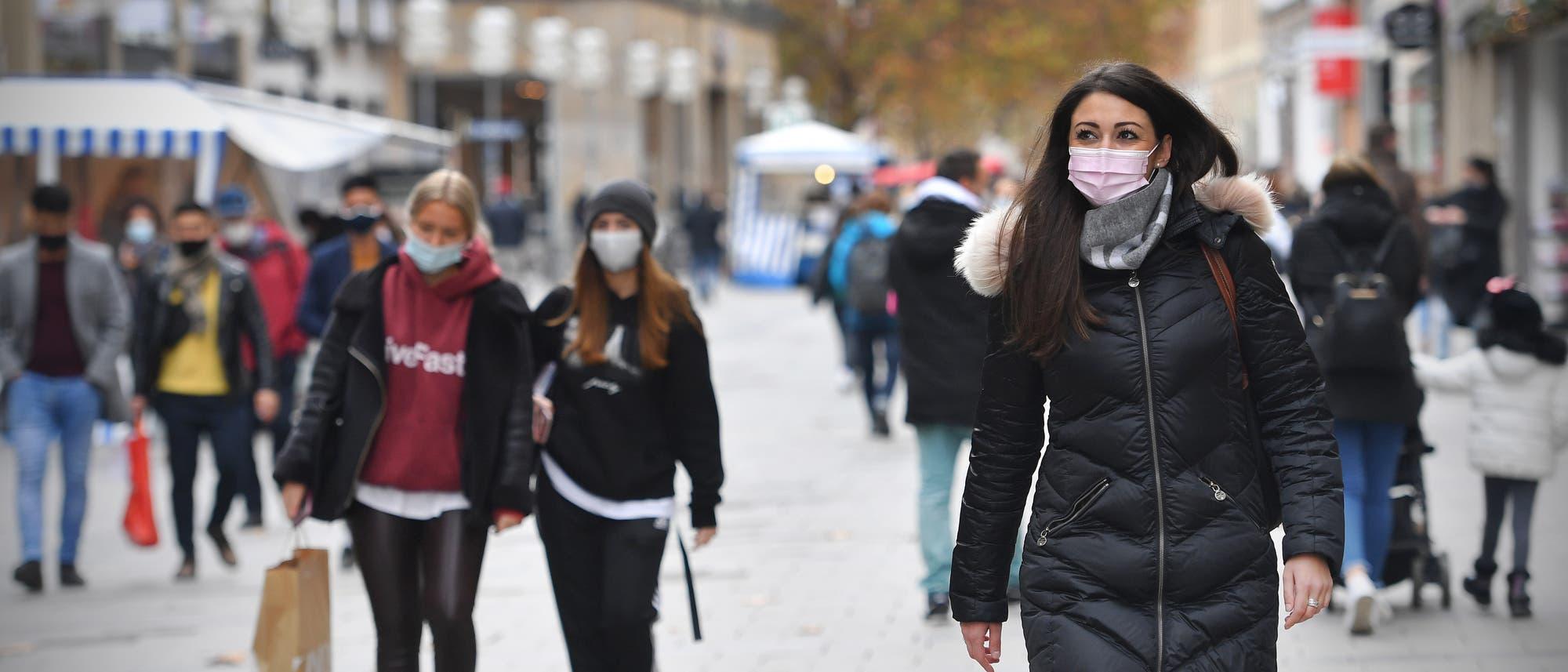 Maske auf in der Münchner Fußgängerzone