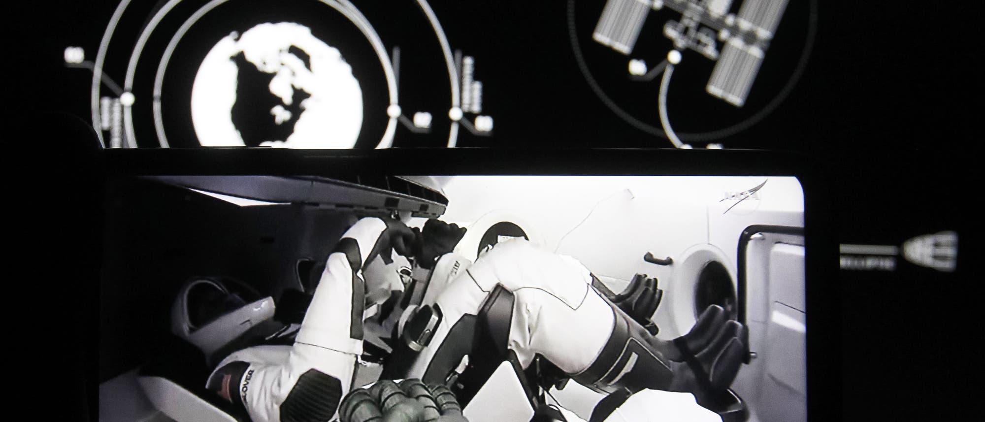In dieser Fotoillustration ist der Start einer Mission der NASA SpaceX Crew-1 auf einem Smartphone-Bildschirm zu sehen.