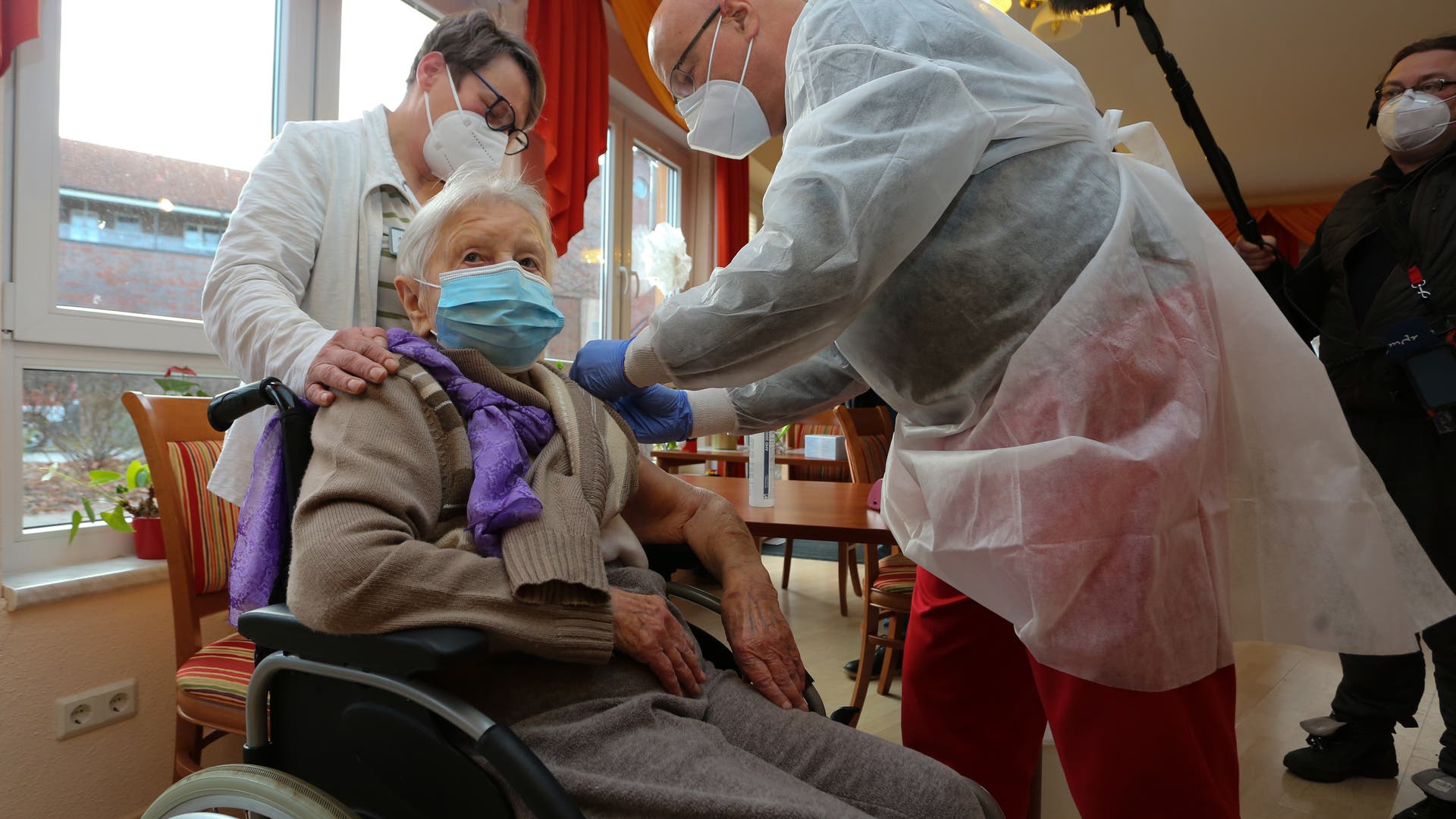 Edith Kwoizalla wird als erste Deutsche gegen Corona geimpft