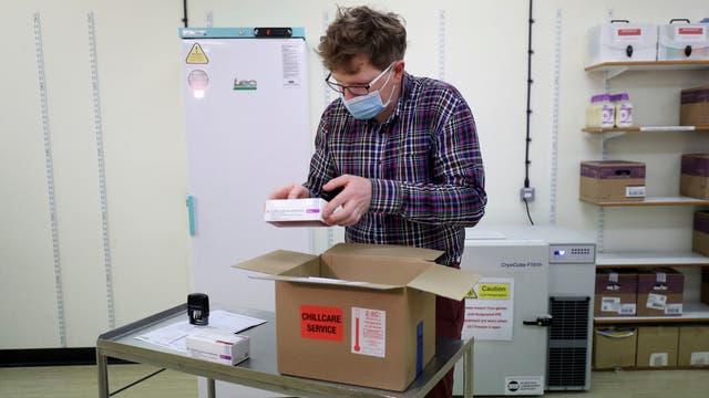 In Großbritannien ist der Impfstoff von AstraZeneca bereits zugelassen, Hunderttausende Dosen stehen zur Verfügung.