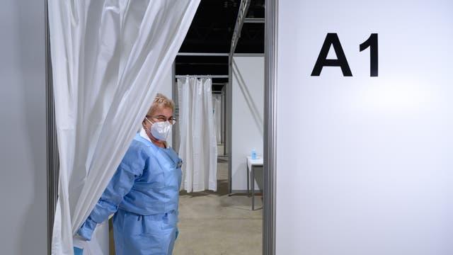 Eine Impfschwester wartet im Impfzentrum in der Sachsen-Arena auf Menschen, die zur Impfung gegen Corona kommen.