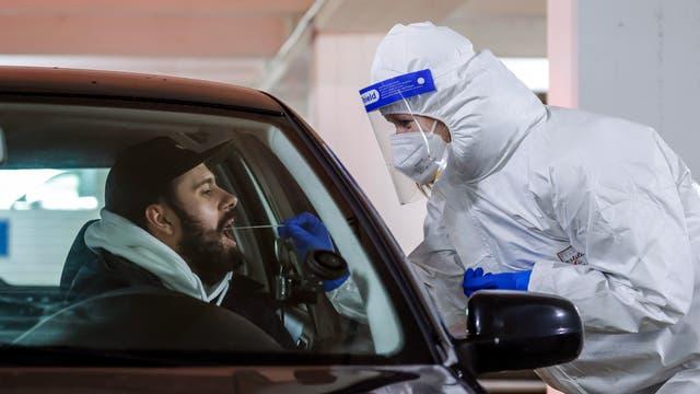 Für einen Covid-Schnelltest fahren die Kundinnen und Kunden des Medicare-Testzentrums im Auto am Drive-in-Schalter zur Probenahme vor (gestellte Szene)