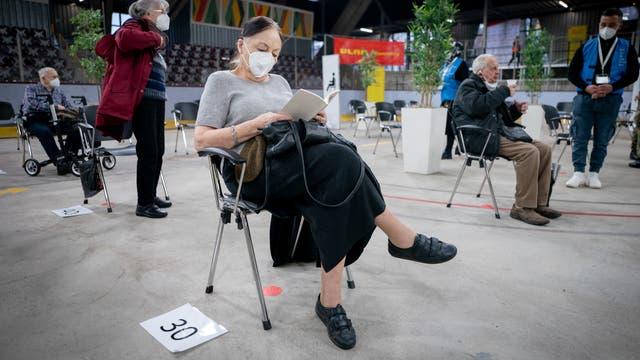 Anneliese Spies (88 Jahre alt) wartet nach ihrer Impfung gegen das Coronavirus Sars-CoV-2 im Ruhebereich des zweiten Impfzentrums Berlins, im Erika-Hess-Eissatdion, auf ihren Ehemann.