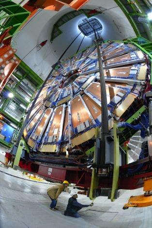 Absenkung eines CMS-Detektor-Teils im LHC
