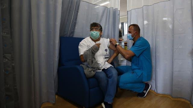 Ein Mann kommt zur Impfung in das Shamir Medical Center in Tel Aviv