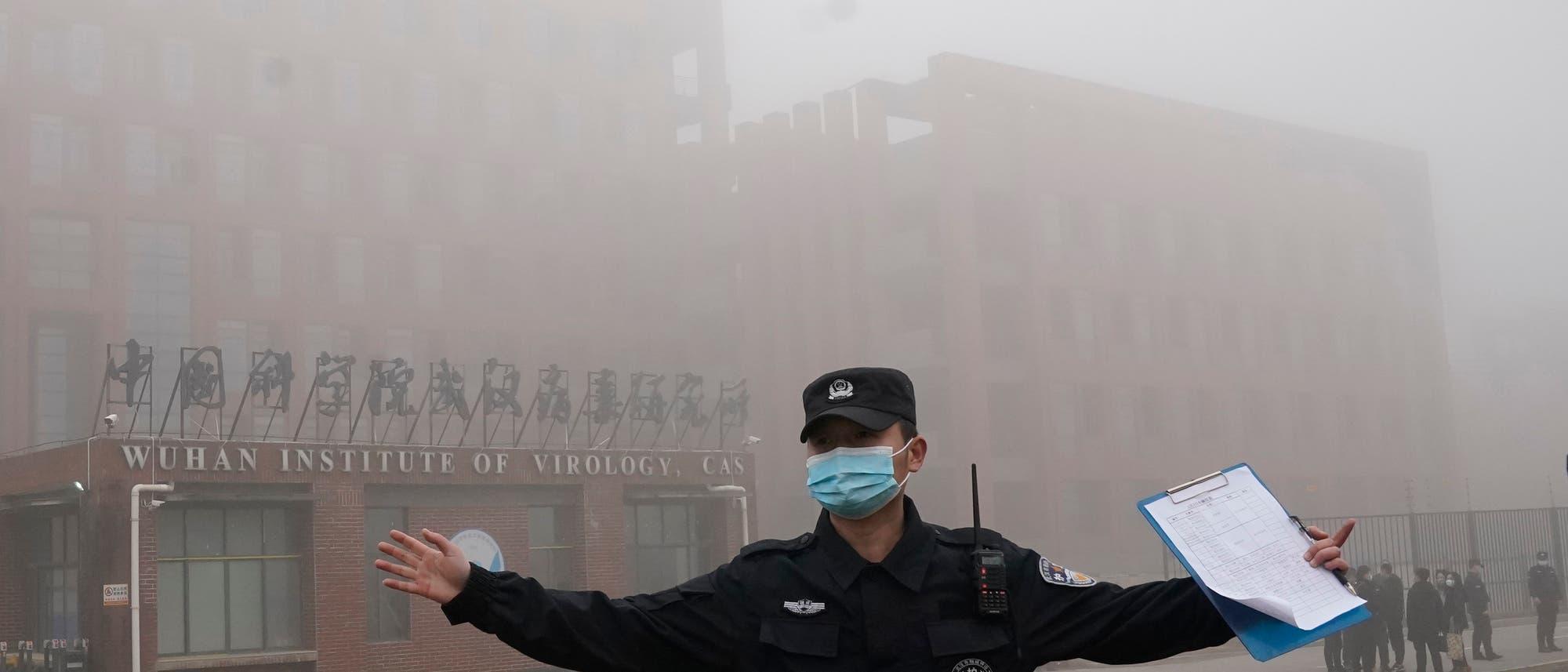 Ordnungshüter vor dem Wuhan Institute of Virology