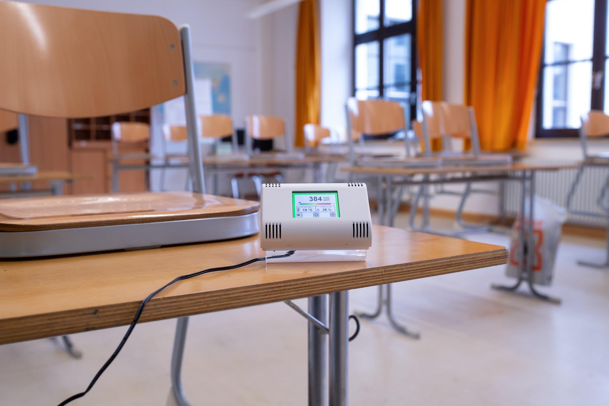 Ein Messgerät für Kohlendioxid steht in einem leeren Klassenzimmer einer bayerischen Mittelschule.