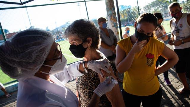 Schlange von Impfkandidaten in Brasilien
