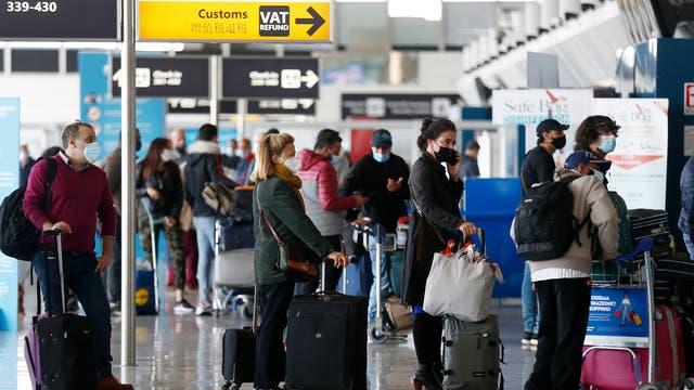 Reisende am Flughafen von Rom