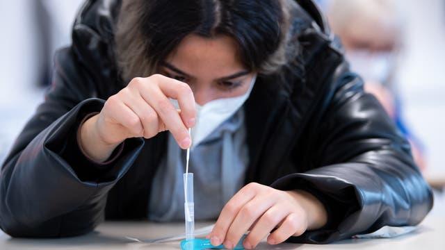 Eine Schülerin an der städtischen Berufsschule für Zahnmedizinische Fachangestellte führt einen Corona-Schnelltest durch.