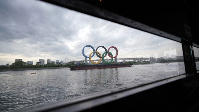 Blick auf eine Installation der olympischen Ringe bei Tokyo