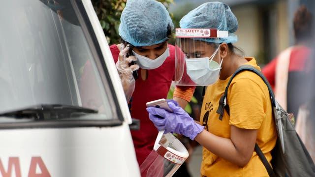 Familienmitglieder eines Covid-19-Patienten an einem staatlichen Krankenhaus in Kolkata, Indien, 22. April 2021.