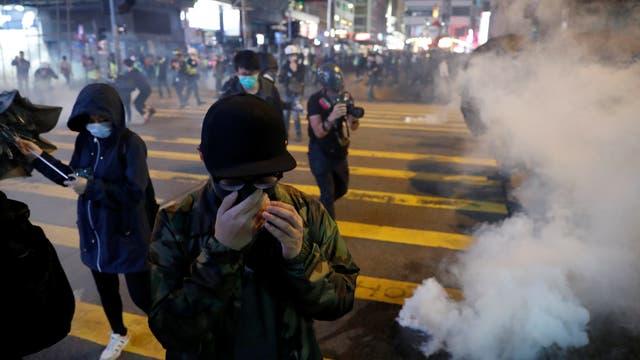 Tränengas und Demonstranten auf den Straßen Hongkongs im Dezember 2019.