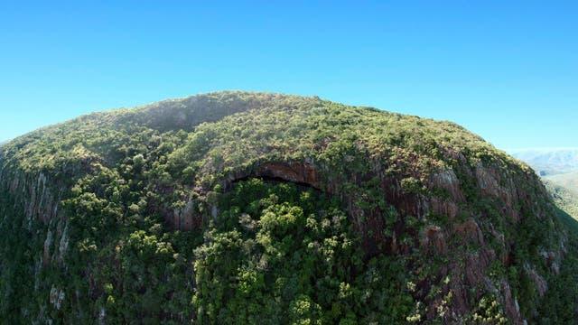 Die Border Cave in Südafrika (Bildmitte)