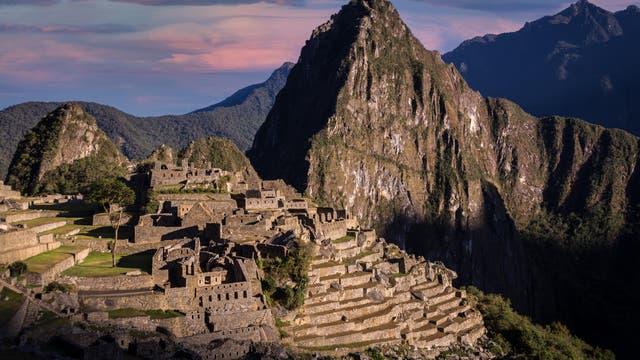 Die Palastruine von Machu Picchu liegt auf einem Bergkamm der peruanischen Anden. 1911 gelangte der Archäologe Hiram Bingham zu der Stätte auf 2450 Metern Höhe und ließ sie freilegen.