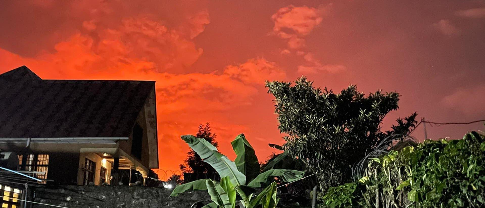 Nach Ausbruch des Vulkans Nyiragongo am 22. Mai 2021 leuchtete der Nachthimmel der Millionenstadt Goma in der Demokratischen Republik Kongo orange-rot.