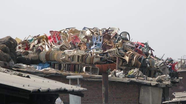 Plastikmüll in einem Slum in Mumbai, Indien