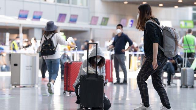 Passagiere laufen im Juni 2021 durch das wieder geöffnete Terminal 2 des Flughafens in Frankfurt.